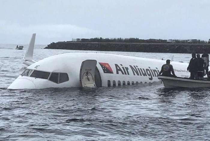 Avião parou em lagoa após pouso forçado na Micronésia
