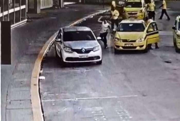 Vídeo mostra homem atacando um motorista com taco de beisebol