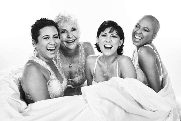 Exposição #50tonsderosa, com ensaio de quatro mulheres, chega à estação Carioca e fica até o dia 31