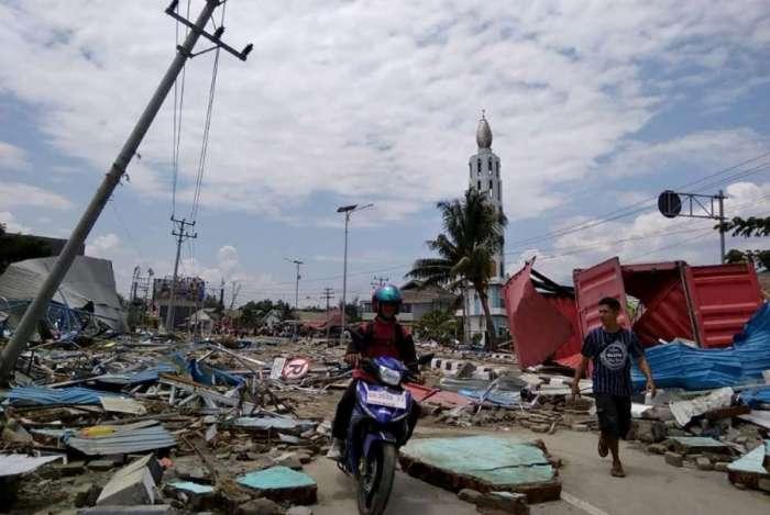 Rua destruída em Palu, Indonésia, após tsunami e terremoto