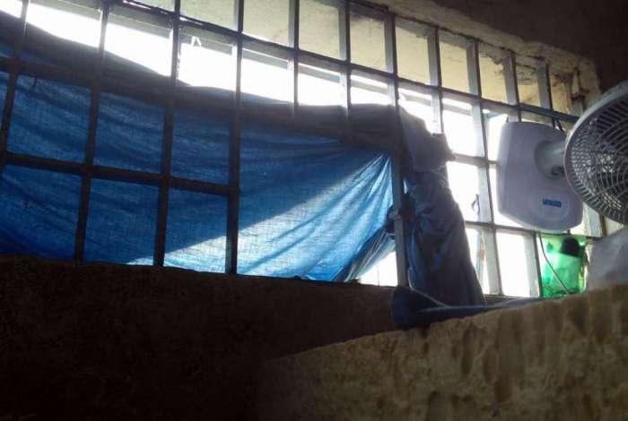 Parte da grade uma das janelas da cela que ocupavam foi serrada