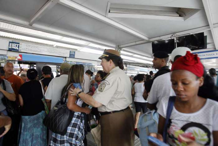 Tatiana Mendes,inspetora da Guarda Municipal, entregou panfletos na estação da Taquara