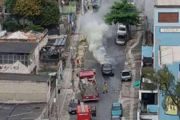 Bombeiros foram acionados após carro sofrer explodir em Bonsucesso