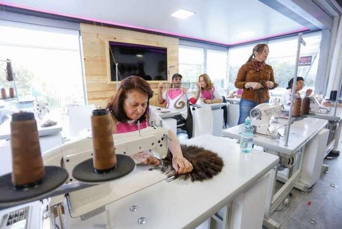 Curso 'Força na Peruca' qualifica moradores de comunidades carentes para a fabricação do acessório