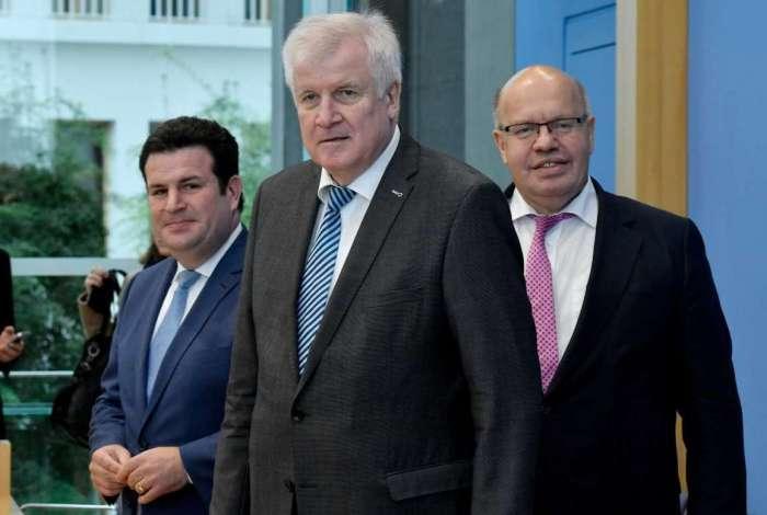 Ministro do Trabalho alemão, Hubertus Heil, Ministro do Interior alemão, Horst Seehofer, e Ministro da Economia alemão, Peter Altmaier, chegam para coletiva de imprensa