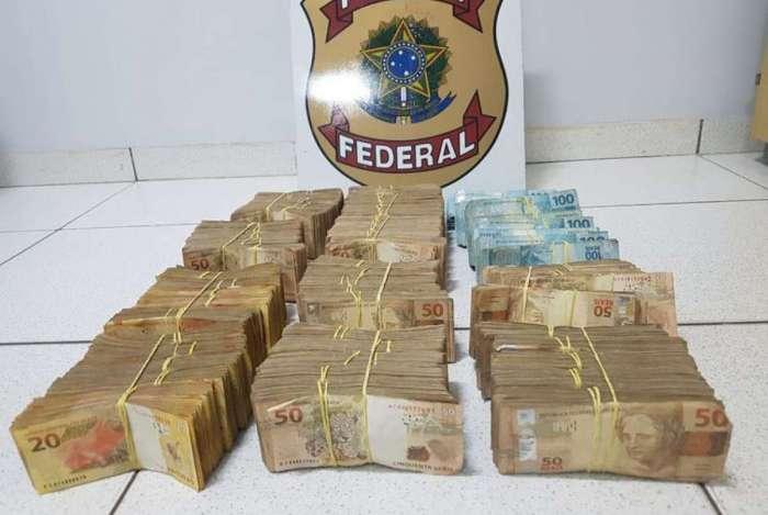 Os R$ 500 mil apreendidos pela polícia eram levados em uma mala