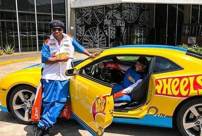 Ronaldinho Gaúcho vira motorista em ação de aplicativo