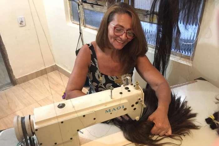Maria Salete de Souza trabalha em casa na produção das perucas
