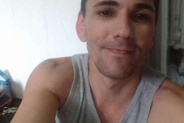 Lucas Chaves Pinho é garçom e trabalha em um hotel na Barra