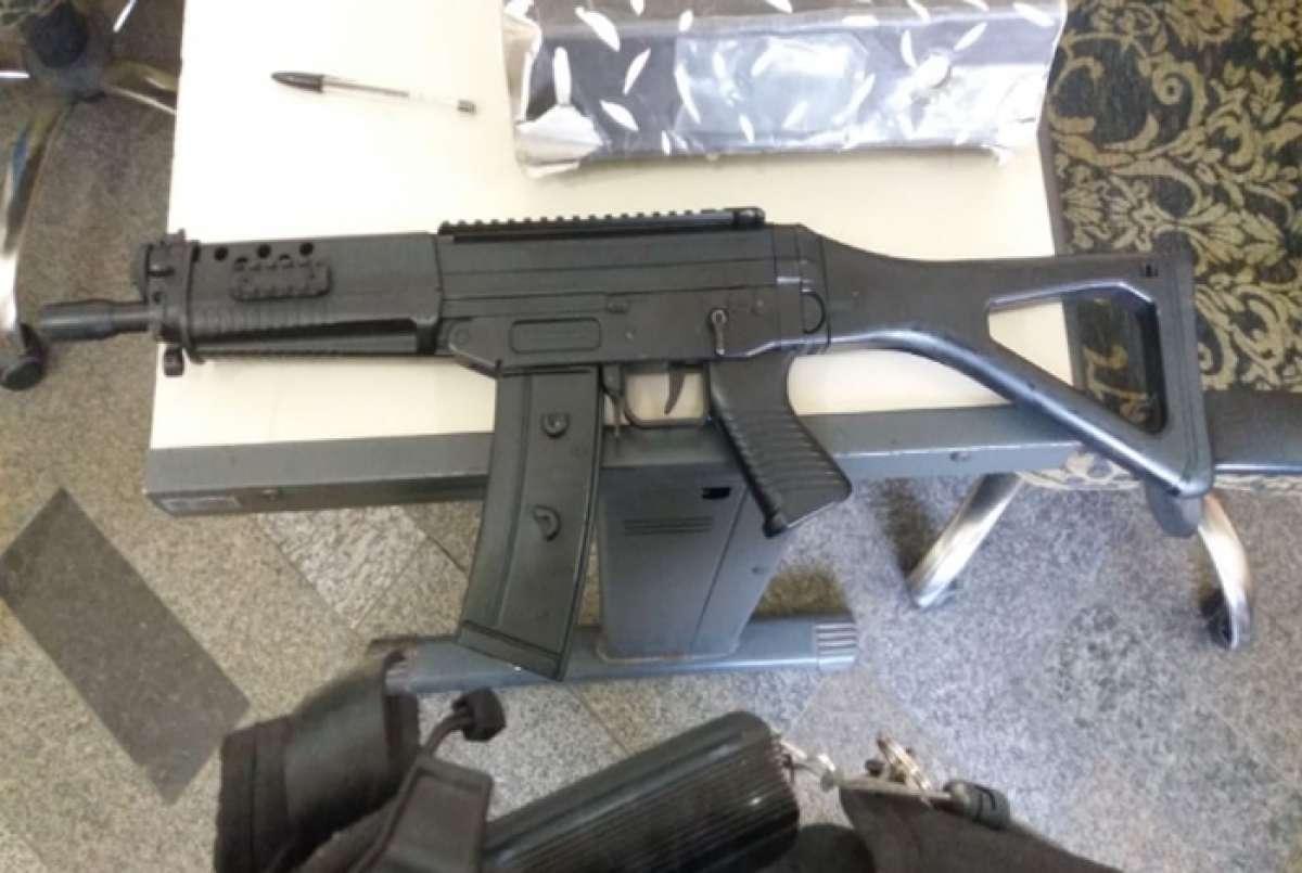 Resultado de imagem para Réplica de fuzil é apreendida em São Gonçalo após tentativa de sequestro