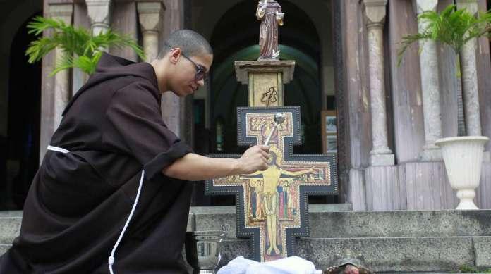 Na Igreja dos Capuchinhos, na Tijuca, o jabuti 'Sena' recebeu bênção