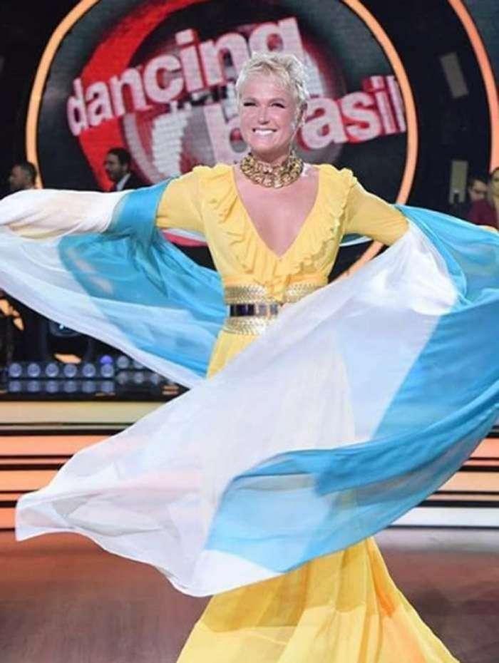Xuxa abre o 'Dancing Brasil' enrolada na bandeira da Argentina e homenageia fã que morreu de infarto ao encontrá-la no aeroporto de Buenos Aires