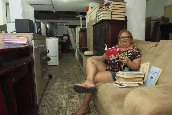 Comércio de móveis,utilidades para o lar, discos e livros mais baratos. Na foto, Daniela Pandolfi em sua loja no Bairro de Fátima.   Estefan Radovicz / Agência O Dia