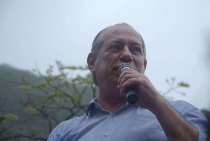 Na saída do encontro, o candidato do PDT não falou com jornalistas, apenas gritou 'abaixo ao fascismo, viva a democracia'