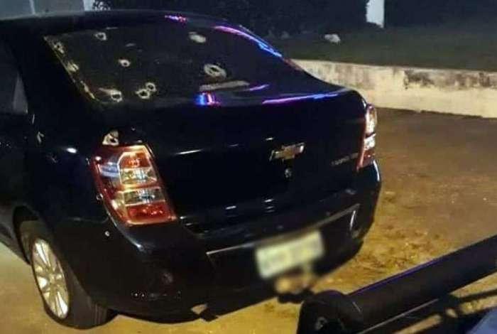 O carro em que os bandidos estavam ficou com muitas marcas de tiro