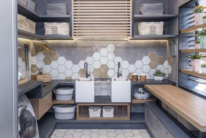 Na lavanderia, porcelanatos hexagonais, com tons de madeira e cores claras, ganham vez. O estilo também vale para cozinhas e varandas
