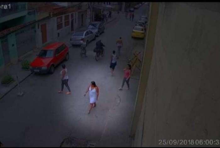 Imagens de câmeras de segurança flagraram momento em que a presa X deixa o presídio, em Benfica