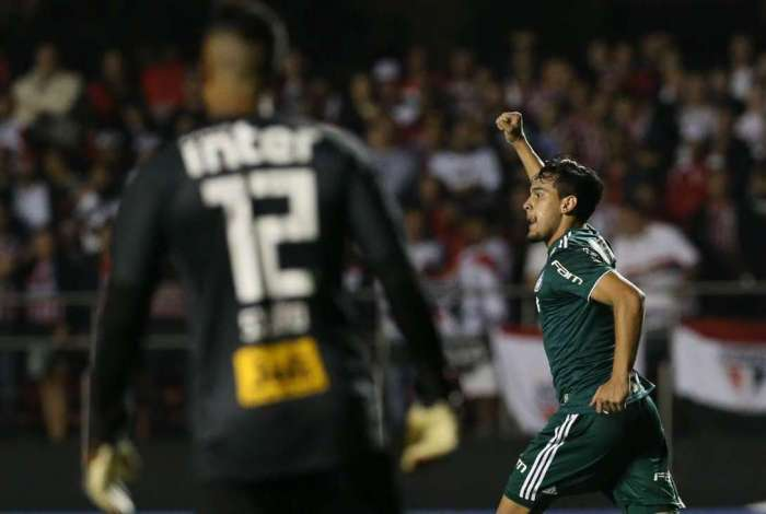 Gustavo Gómez, do Palmeiras, comemora seu gol contra o São Paulo