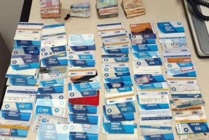 Grupo estava com 98 cartões e R$ 2.550,00 em espécie