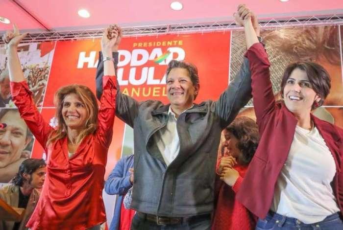 Haddad ao lado da esposa Ana Estela Haddad (esq.) e da candidata a vice Manuela D'Ávila (dir.)