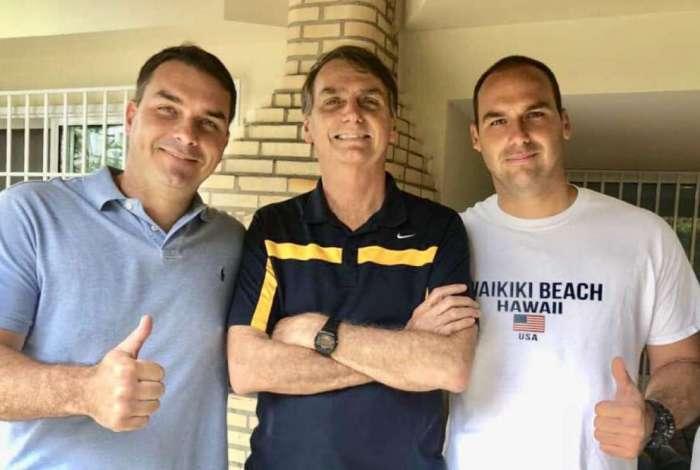 Bolsonaro entre os filhos Flávio e Eduardo