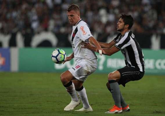 Maxi López domina a bola marcado por Igor Rabello. O argentino marcou o gol de empate do Vasco