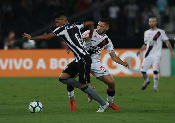 Matheus Fernandes tenta escapar da marcação do vascaíno Andrey