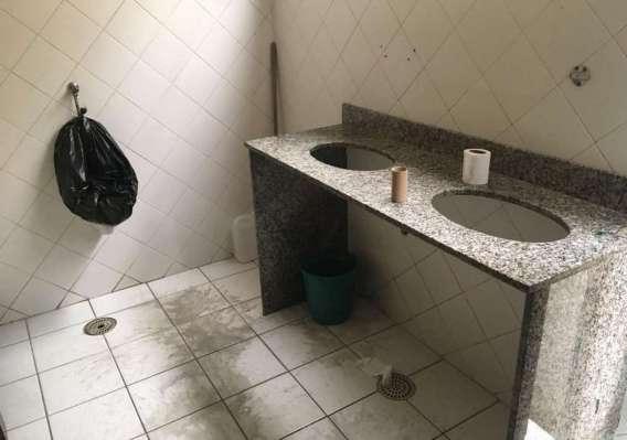 O único banheiro para o público está sem pias, torneiras e vasos