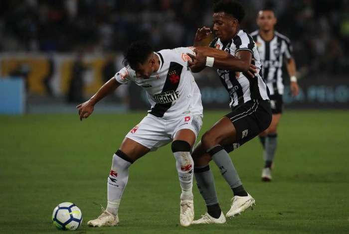 Muita luta: Andrés Ríos protege a bola e impede a aproximação de Moisés