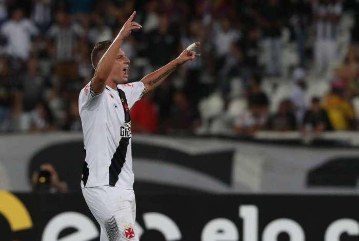 Maxi López acredita que a bola 'está chegando pouco' para ele