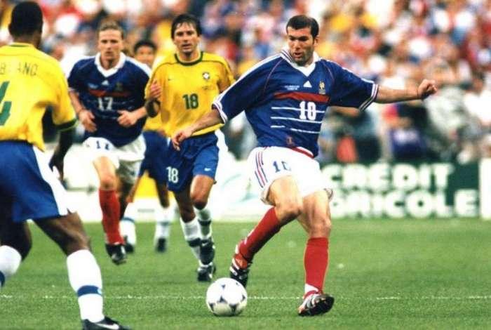 Suspeita de fraude adia leilão de camisa usada por Zidane na final da Copa  de 98 3c52834e85e46