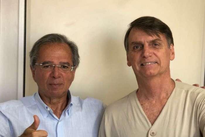 Paulo Guedes ao lado de Bolsonaro