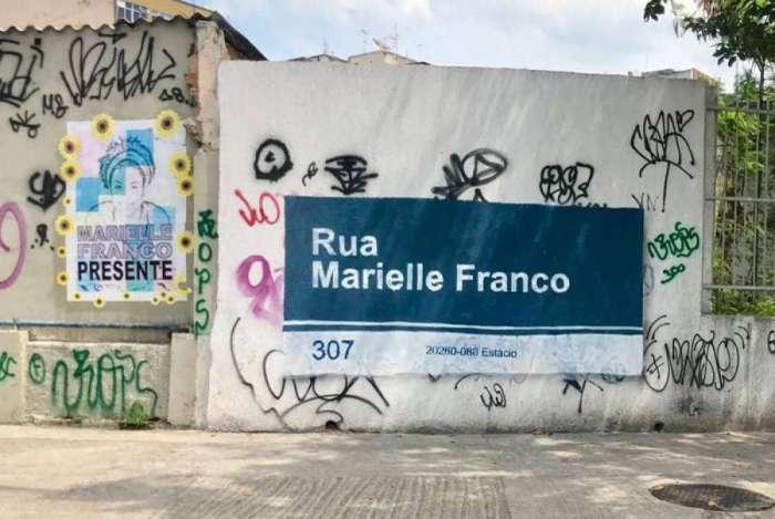 Grupo faz grafite em homenagem a Marielle Franco