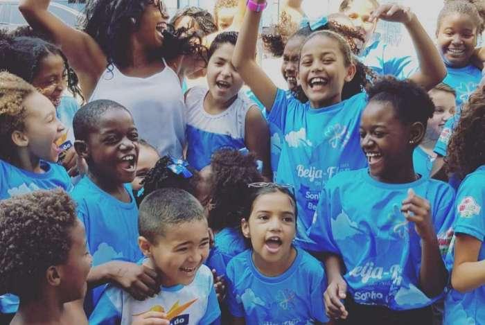 Crianças do projeto 'Sonho Beija flor'