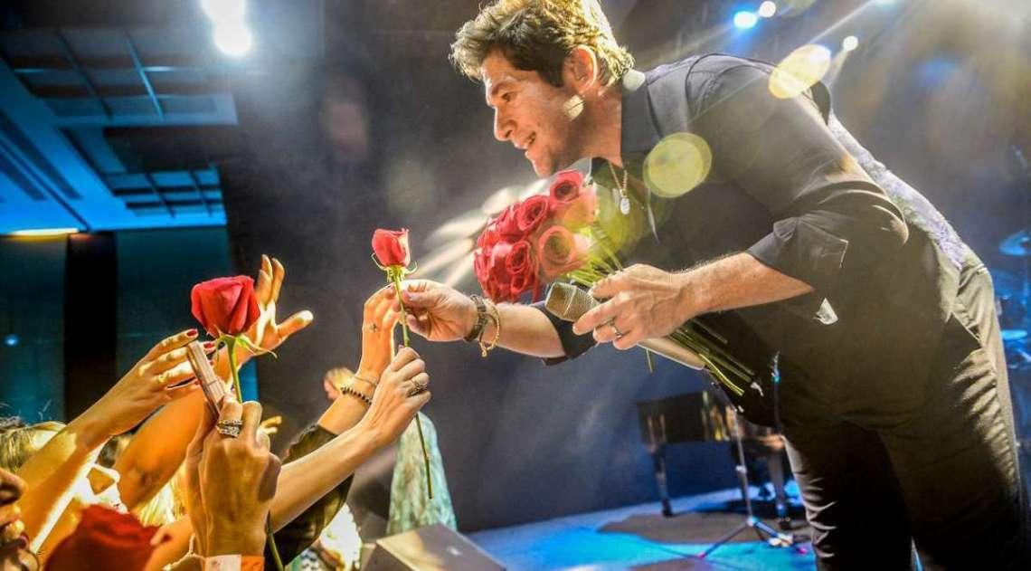 Daniel distribui rosas no show
