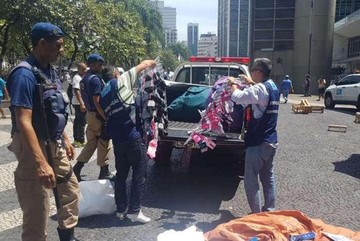 Ao todo, mais de 1500 itens foram apreendidos e cerca de 100 ambulantes notificados