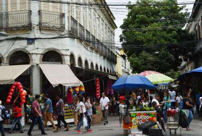 Abrir aos domingos é a tática para algumas lojas de rua e salões de beleza do Rio impulsionarem vendas e serviços. Na foto, comércio de rua no Saara, no Centro