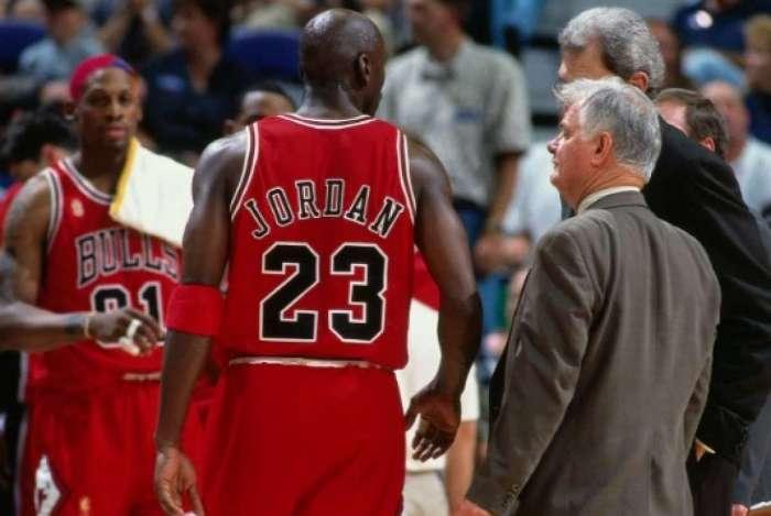 Tex Winter ao lado de Michael Jordan anos anos 1990