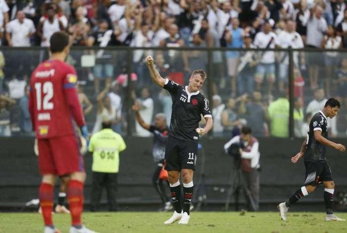 Maxi López festeja, diante do goleiro Rafael, do Cruzeiro. Atacante foi mais uma vez decisivo em São Januário