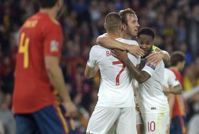 Raheem Sterling (E) vibra com Harry Kane e Jesse Lingard após gol em Sevilla