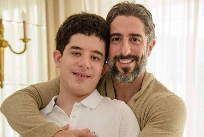 Marcos Mion posa com o filho mais velho, Romeo