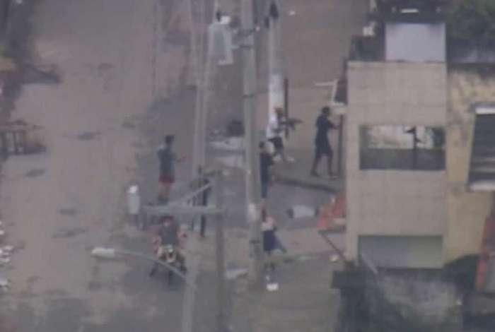 Imagens mostram homens fortemente armados na Cidade de Deus