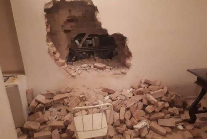 Bandidos explodem parede de clínica dentária ao lado de joalheria