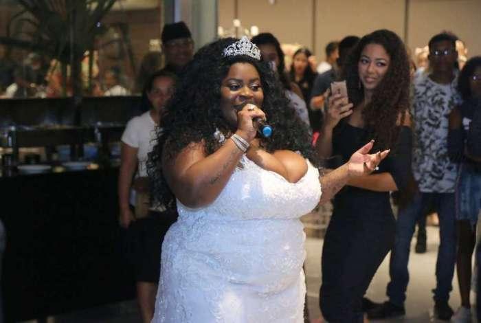 Vestida de noiva, Jojo Todynho faz festa de aniversário surpresa para a avó, dona Maria Rita
