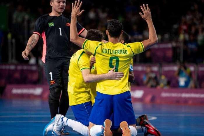 Jogadores do Brasil comemoram a vitória sobre a Rússia na final do futsal