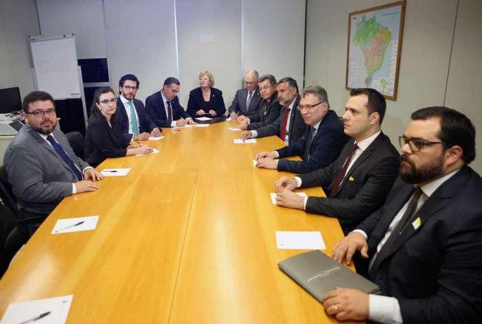A ministra Rosa Weber, com os ministros Luís Roberto Barroso e Edson Fachin, em reunião com os departamentos jurídicos das duas candidaturas à Presidência da República