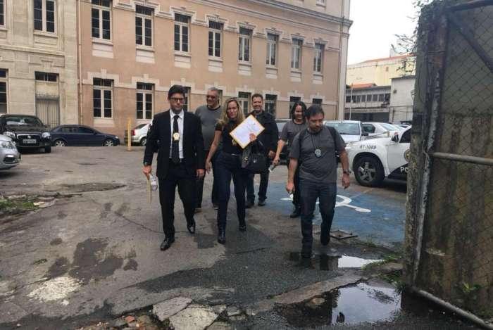 Agentes da Corregedoria em ação para prender denunciados por crimes