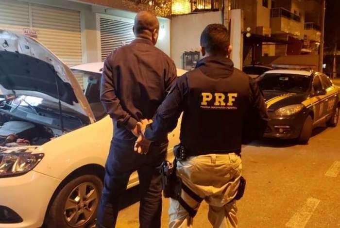 Motorista é preso pela PRF com carro clonado e mais de R$ 70 mil sem procedência na Dutra