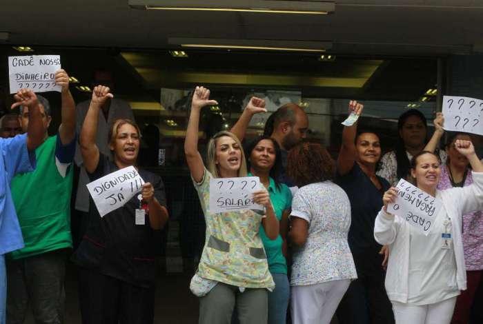 Funcionários do Hospital Municipal Albert Schweitzer protestam em Realengo