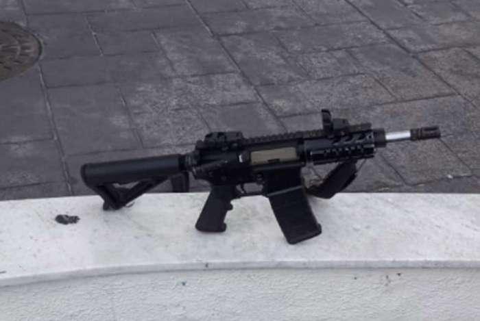 Fuzil apreendido após confronto com traficantes na Vila Kennedy